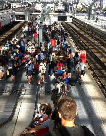 Driedaagse Durbuy tweede jaar secundair onderwijs middenschool Sint-Pieter Oostkamp: wachten op de treinaansluiting in Luik-Guillemins.